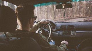 Klesá počet nehod, které způsobí mladí řidiči. Problémoví jsou stále hlavně muži