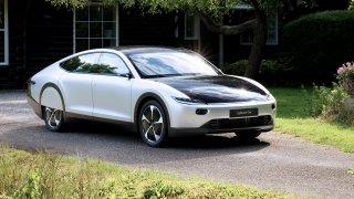 Potenciál solární energie v praxi: Nizozemský elektromobil ujel na jedno nabití 710 km