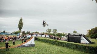 Filip Podmol přeskočil na motorce Taxisův příkop 2