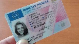 S propadlým řidičákem je možné jezdit dál, rozhodl Evropský parlament