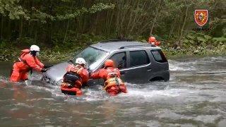 Aby si zkrátil cestu, vjel se starším Suzuki Ignis do rozvodněné řeky. Zaměstnal desítky hasičů