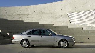 Mercedes-Benz E 50 AMG má přes dvacet let, parádu