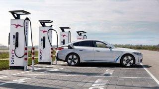 Češi si myslí, že elektromobil by měl stát maximálně půl milionu. Elektromobilitě celkově věří