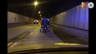 Excentrickému elektromobilu došla ve Strahovském tunelu šťáva. Vytlačit ho musel ručně policista