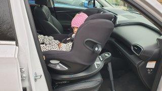 Dětské sedačky na pásy nejsou méně bezpečné než Isofix. Dva řidiči ze tří je však upevňují chybně