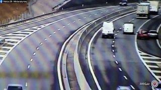 Řidič passatu se otočil na dálnici a v protisměru ujel dva kilometry. Spěchal prý na očkování