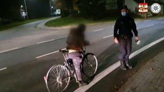 Totálně nadraný cyklista se při kontrole skácel policistům k nohám