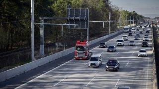 Nad pravým pruhem dálnic se postaví troleje a z kamionů se stanou trolejbusy