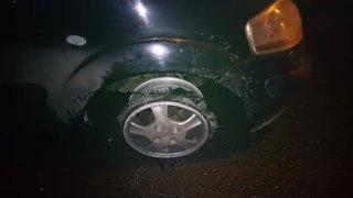 Video: Z pneumatiky nic nezbylo, po ráfku chtěl jet ještě sedm kilometrů. Skončí bez řidičáku