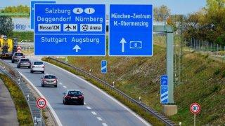 Vyhrocenou debatu o neomezené rychlosti možná zchladí elektromobily. Jezdí totiž pomalu