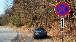 Čeští řidiči parkují kdekoliv. A když na správném místě, tak stejně špatně. Tady jsou příklady