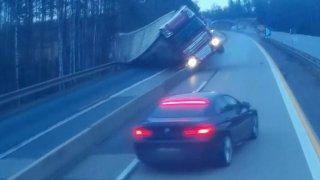 Kamioňák ztratil kontrolu nad svým autem a na desítky hodin zablokoval D1. Pivo teklo proudem