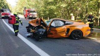 Viníkem nehody, při níž zemřel generál, je řidič mustangu. Jel moc rychle, uvedla policie