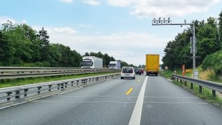 Sloup obsypaný kamerami děsí řidiče na dálnici D8. Slouží ale k jinému účelu, než si myslí
