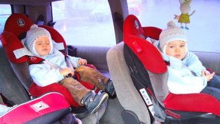 Dítě v zimní bundě do autosedačky nepatří! Při nehodě může vypadnout