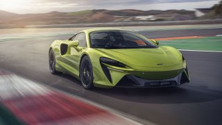 McLaren Artura je auto plné superlativů. V jednom parametru si maže konkurenci na chleba