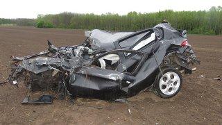 Devatenáctiletý řidič rozmetal auto po poli na kousky. Odešel po svých