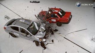 Crash test zastaralého a moderního auta má jasného