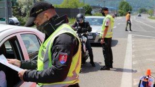 Slováci kvůli koronaviru dočasně uzavřeli hranice. Zřídili jízdní pruhy jen pro očkované