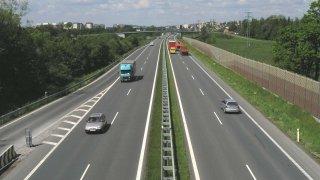 Podle většiny politických stran se bude jezdit po dálnicích rychleji. Padl i návrh na zrušení limitu
