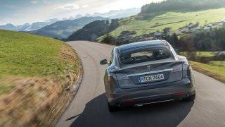 Tesla na dálku hodnotí majitele, zda jezdí bezpečně. Trestá prudké brzdění i malé rozestupy