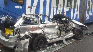 Řidič se při bizarní nehodě zapasoval mezi dvě tramvaje. Z auta zbyl jen šrot