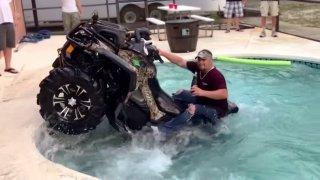 Nová výzva, jízda čtyřkolkou v bazénu.