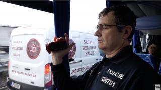 Už i čeští policisté špehují řidiče z neoznačených autobusů