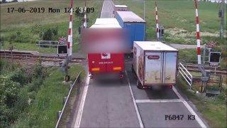 Řidič kamionu nebezpečně předjížděl na přejezdu