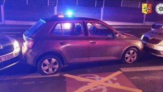 Zběsilá řidička ujížděla ve fabii policii rychlostí 180 km/h. Přesile odolávala od Plzně až do Prahy