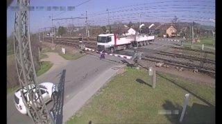 Řidič náklaďáku se na železničním přejezdu choval jako pomatený. Tragédii zabránil strojvedoucí