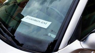 Pro parkování na zásobování karta za oknem rozhodně nestačí. Zákon ji ani nevyžaduje, chce to důkazy