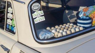 Vozila se tam vajíčka i pokyvující se pes, ale původní účel zadního plata v autě je úplně jiný