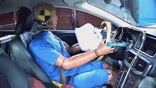 Tým expertů Autosalonu proklepl škodovku na plyn nebo nového praktického krasavce značky VW