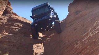 Extrém. Upravený Jeep sjel kolmou stěnu