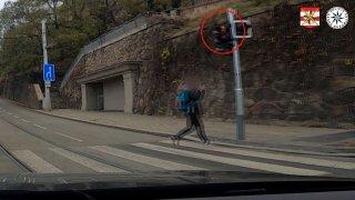 Přebíhala v Brně na červenou před autem, a ještě byla nemravná. Nevšimla si, že vůz je policejní