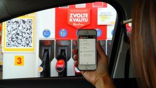 Platit za benzin a naftu lze přímo od volantu. Stačí mít v mobilu aplikaci a načíst kód na stojanu