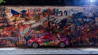 Škoda Scala s unikátní kamufláží u Lennonovy zdi