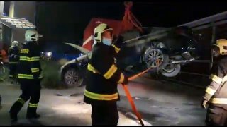 U Prahy v servisu hořelo elektrické BMW. Teď se musí několik dní chladit v lázni za dohledu hasičů
