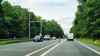 Na mezinárodní silnici u Benešova vyrostly nové kamery. Zatím nefungují, brzy ale změří i motorkáře