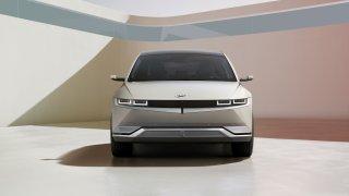 Hyundai ukázal konkurenta pro Škodu Enyaq iV. Jeho Ioniq 5 umí fungovat i jako nabíječka