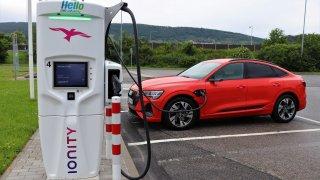 Rychlé zvýhodnění elektromobilů prosazují jen Zelení a TOP09. Ostatní strany jsou proti, nebo mlží