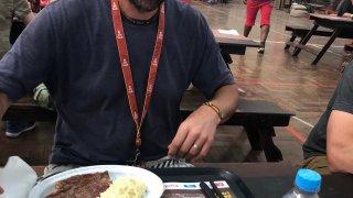 Výjimečně byl steak, lehce vysušený, kameramanovi